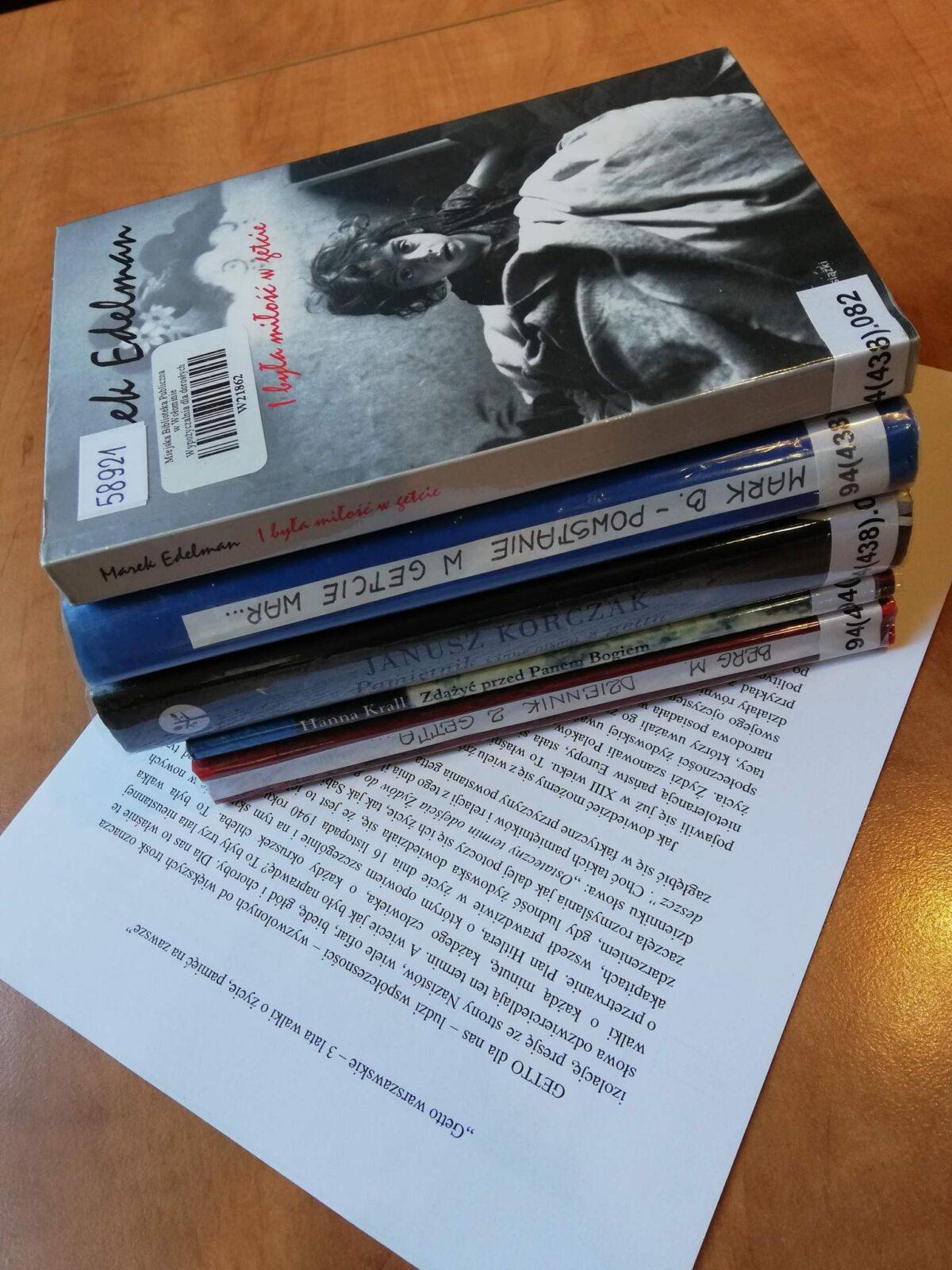 Książki o getcie warszawskim leżące na wydrukowanej pracy konkursowej